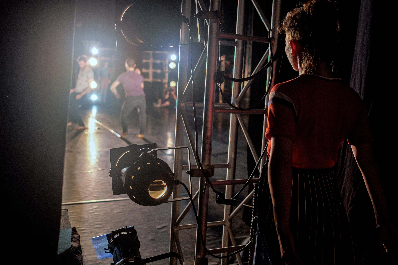 למה רקדנים זזים במקום לדבר